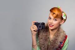 Ragazza della donna di stile del Pinup con la macchina fotografica digitale immagini stock libere da diritti