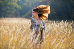 Ragazza della donna nella bellezza del paese del campo Fotografia Stock