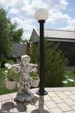 Ragazza della figurina del giardino Immagini Stock