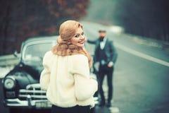 Ragazza della foto, un uomo e una retro automobile fotografie stock