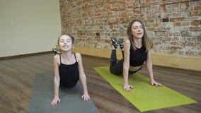 Ragazza della madre di allenamento di forma fisica della famiglia dei pilates di sport Immagini Stock Libere da Diritti