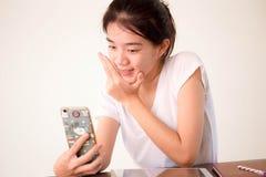 Ragazza della porcellana dell'Asia bella dell'università tailandese dello studente che per mezzo del suo Smart Phone Selfie Fotografie Stock Libere da Diritti