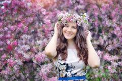 Ragazza della primavera che gode del sorriso immagini stock libere da diritti