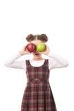 Ragazza della scuola che posa con la mela Fotografie Stock