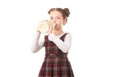 Ragazza della scuola con la bottiglia per il latte Immagini Stock Libere da Diritti