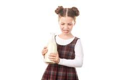 Ragazza della scuola con la bottiglia per il latte Fotografie Stock