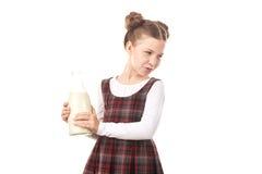 Ragazza della scuola con la bottiglia per il latte Fotografia Stock