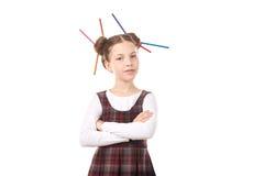 Ragazza della scuola con le matite in capelli Immagini Stock