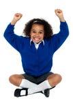 Ragazza della scuola primaria che frantuma i suoi denti Fotografie Stock