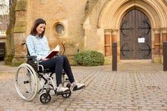 Ragazza della sedia a rotelle fotografie stock libere da diritti