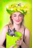 Ragazza della sorgente che tiene un coniglietto immagine stock libera da diritti