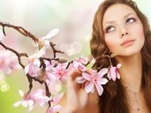 Ragazza della sorgente con i fiori fotografia stock