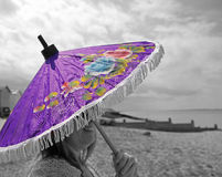 Ragazza della spiaggia del parasole Fotografia Stock