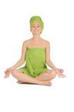 Ragazza della stazione termale. Bella giovane donna dopo il bagno con l'asciugamano verde. isolato su bianco Immagini Stock