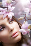 Ragazza della stazione termale con i fiori Fotografie Stock Libere da Diritti