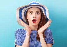 Ragazza della testarossa in cappello fotografie stock