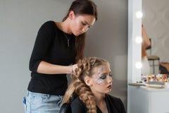 Ragazza della treccia del tessuto in un salone di capelli immagine stock libera da diritti
