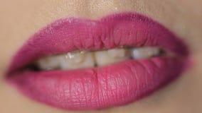 Ragazza delle labbra Primo piano Sorriso sostegni stock footage