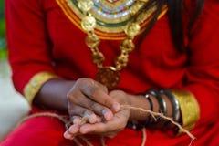 Ragazza delle Maldive che elabora corda fatta a mano fotografia stock libera da diritti