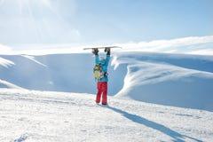 Ragazza dello Snowboarder che sta con lo snowboard, Fotografie Stock Libere da Diritti