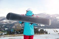 Ragazza dello Snowboarder che sta con lo snowboard, Immagini Stock Libere da Diritti