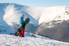 Ragazza dello Snowboarder che sta con lo snowboard, Fotografia Stock Libera da Diritti