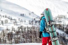 Ragazza dello Snowboarder che sta con lo snowboard, Immagine Stock