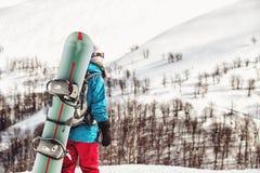 Ragazza dello Snowboarder che sta con lo snowboard, Fotografia Stock