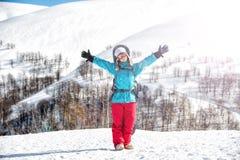 Ragazza dello Snowboarder che sta con lo snowboard, Immagine Stock Libera da Diritti