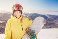 Ragazza dello Snowboarder sui precedenti delle alpi dell'alta montagna, Svizzera Fotografie Stock
