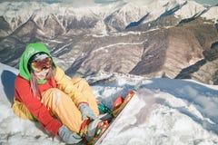 Ragazza dello Snowboarder sui precedenti delle alpi dell'alta montagna, Svizzera Immagine Stock Libera da Diritti