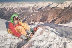 Ragazza dello Snowboarder sui precedenti delle alpi dell'alta montagna, Svizzera Fotografia Stock