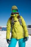 Ragazza dello Snowboarder in vestiti luminosi Immagine Stock