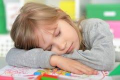 Ragazza dello studente che dorme sui libri Fotografia Stock