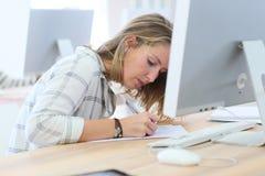 Ragazza dello studente che ha un esame immagini stock libere da diritti