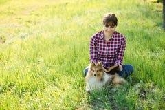 Ragazza dello studente che impara in natura con il cane Fotografia Stock Libera da Diritti