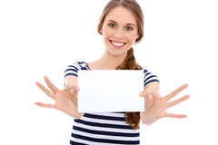 Ragazza dello studente che mostra il foglio bianco bianco - copi lo spazio Immagine Stock
