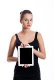 Ragazza dello studente che mostra lo schermo in bianco della compressa Fotografia Stock