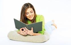 Ragazza dello studente che prepara per l'esame che legge un libro Wh isolato Immagini Stock Libere da Diritti