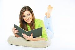 Ragazza dello studente che prepara per l'esame che legge un libro Wh isolato Immagini Stock