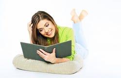 Ragazza dello studente che prepara per l'esame che legge un libro Wh isolato Fotografie Stock