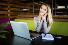 Ragazza dello studente che prepara per l'esame nel coworking Immagini Stock