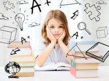 Ragazza dello studente che studia alla scuola Immagine Stock