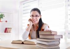 Ragazza dello studente che studia dai libri Fotografie Stock