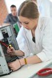 Ragazza dello studente in computer della riparazione di tecnologia Fotografia Stock