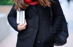 Ragazza dello studente con i libri all'aperto Fotografia Stock