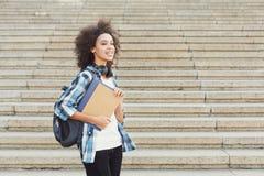 Ragazza dello studente con i libri sul fondo di università Fotografia Stock Libera da Diritti