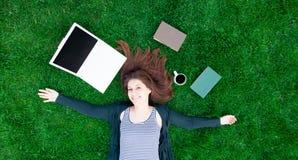 Ragazza dello studente con il computer portatile ed i libri Immagine Stock