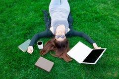 Ragazza dello studente con il computer portatile ed i libri Immagini Stock