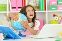 Ragazza dello studente con il libro ed il computer portatile Immagine Stock